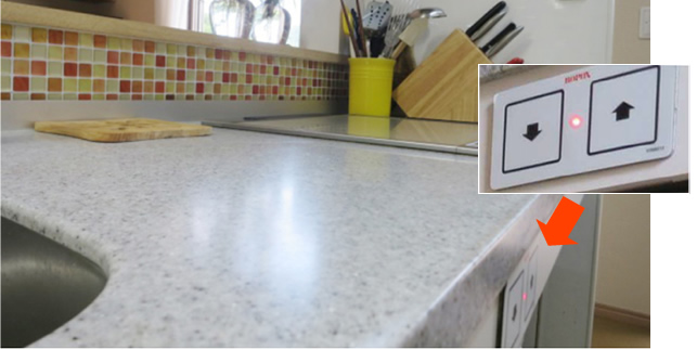 ボタンで高さ調節できるキッチン