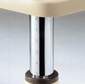 目盛り付きで調整が容易。10段階昇降タイプ 4本脚テーブル(角型) キャスター付