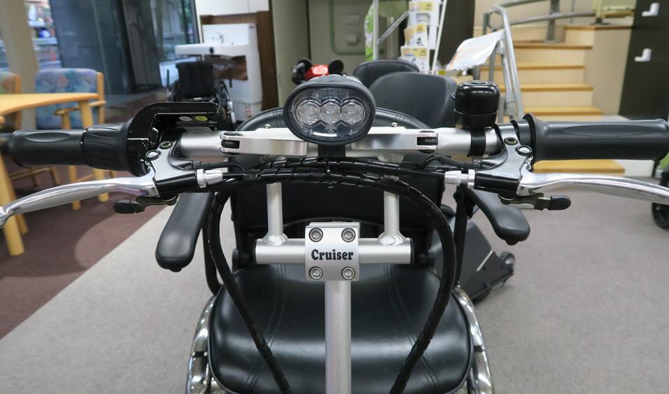 バイクかと見間違えるフロント。ブラックの車体カラーも合わせ精悍さがあります。電動三輪車 クルーザー