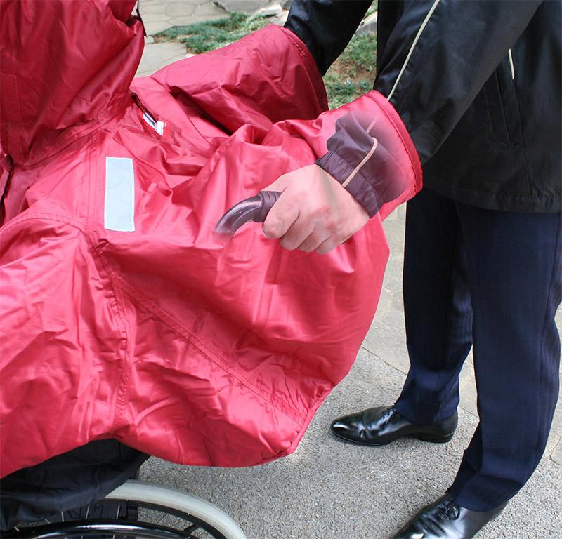 カバーに手を入れて、車椅子を押せます