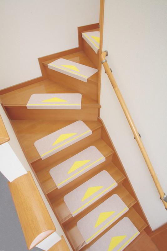 折り曲げ付き階段マット