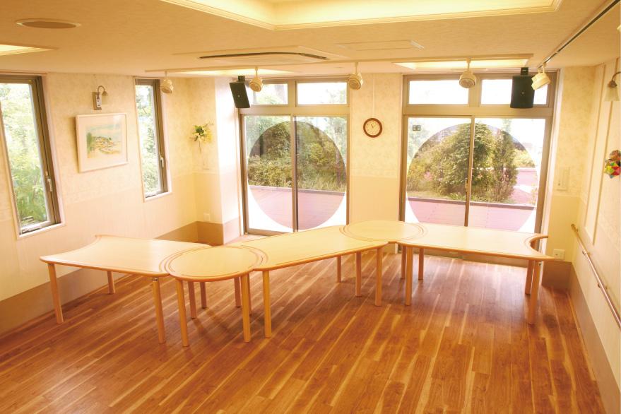 別売りのテーブルと組み合わせた使用例です