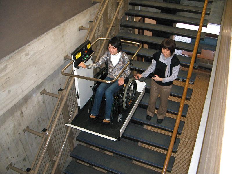 既存施設の階段の車いすでの昇降に