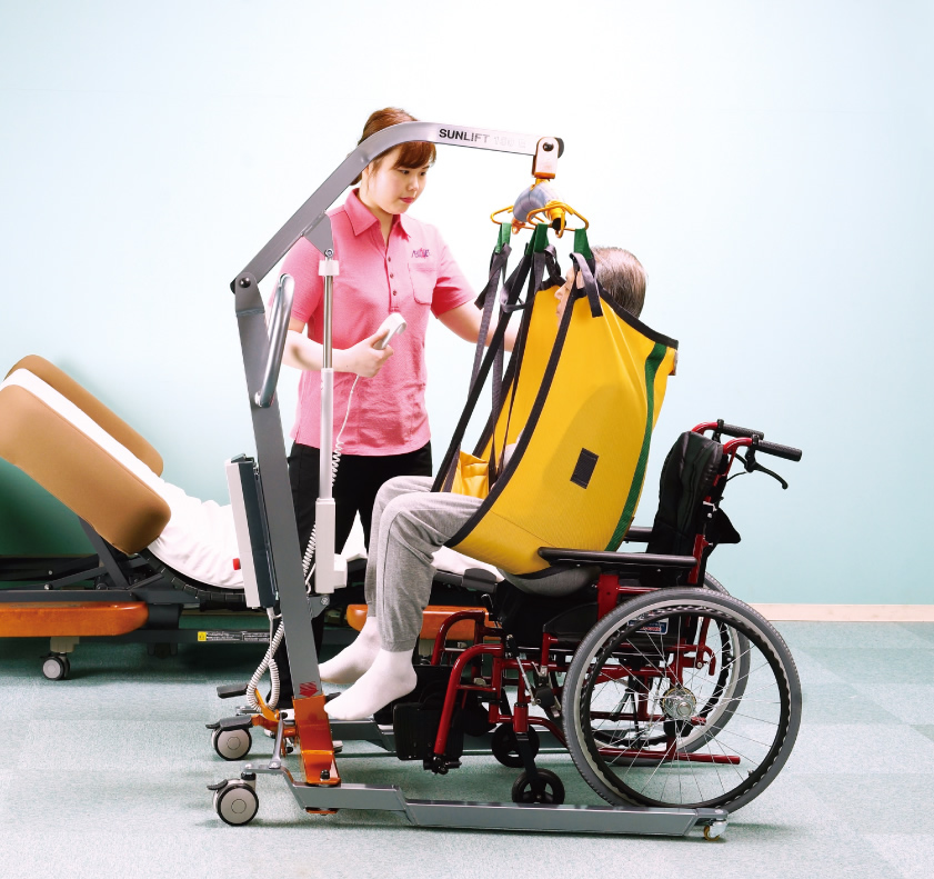 床走行リフト サンリフト使用例。※スリングシート(吊り具)は別売。