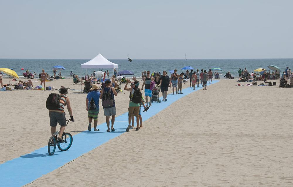 車いすや一般の方も移動しやすいビーチの実現