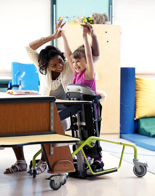 立位車いす リフトン モービルスタンダー 車輪を取れば立位で机の作業ができます。子供たちにいて欲しい場所です