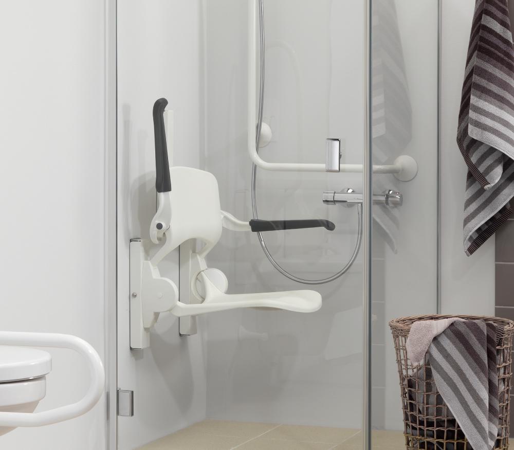壁付けシャワーシートの設置イメージ。肘かけは、片側ずつ折り上げ可能です。(販売製品には脚が付き、壁固定部に仕様違いがあります)