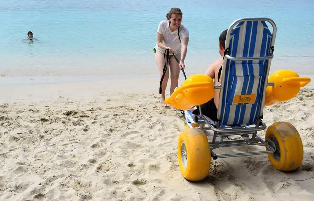 砂浜からそのまま海の中へ 水上車いす